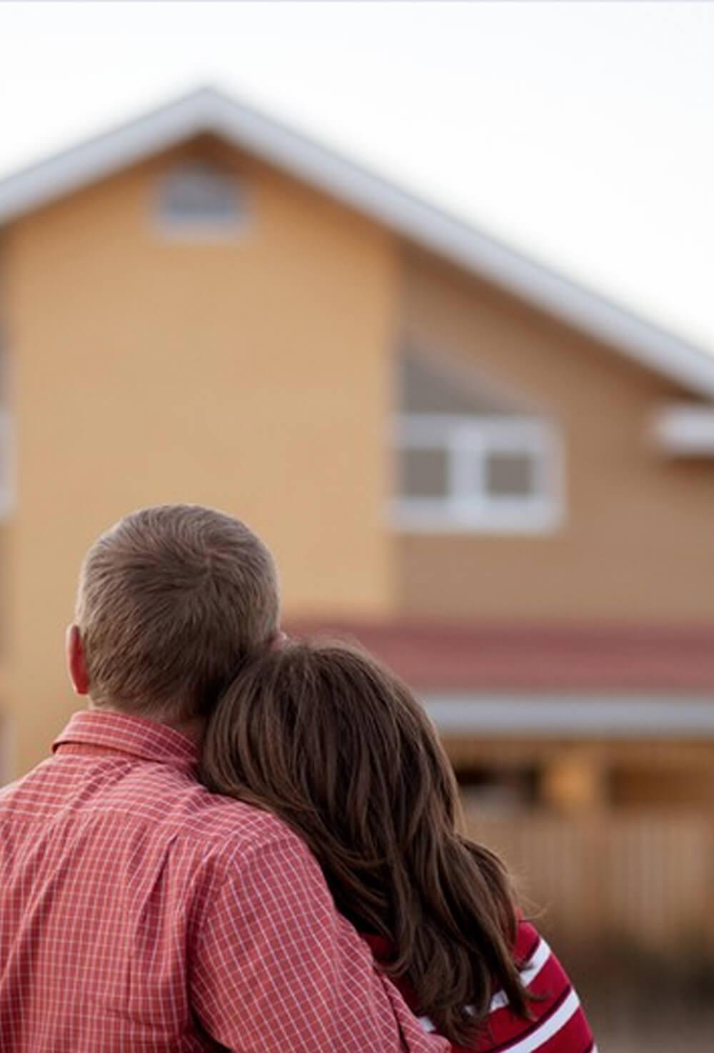 Atmos Architecture Narbonne - Mission complète : photo en couleur d'un couple regardant leur projet de construction de maison.